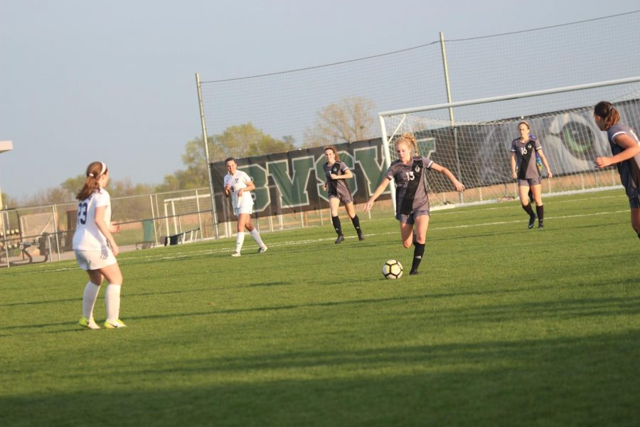 About+to+kick+the+ball%2C+sophomore+Lexi+Ruff+looked+up+the+field+to+make+a+connecting+pass.+