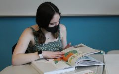 Navigation to Story: GALLERY: Yearbook Distribution Day on May 19